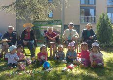Chasse aux œufs avec les enfants de la crèche
